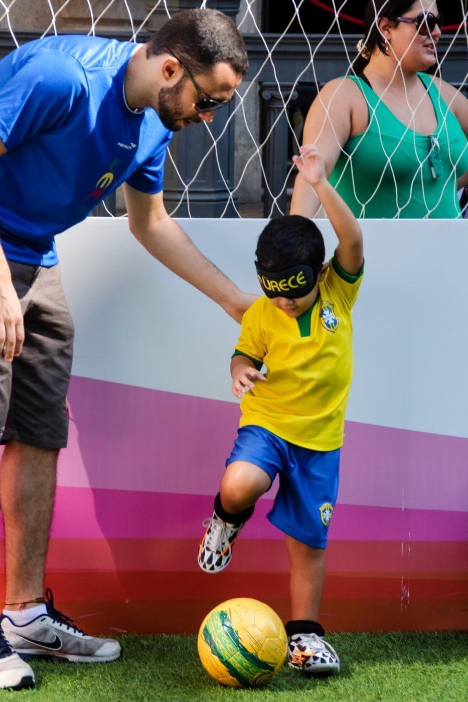 Um integrante da Urece orienta um garoto numa apresentação da associação, no Museu da República.