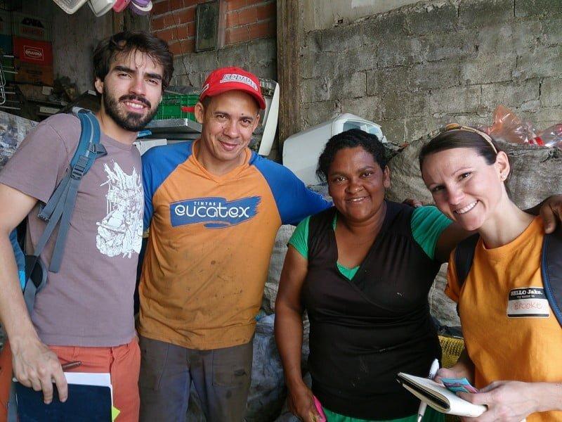 Thiago Pinto, co-fundador da NHE, e Brooke Elysse Weitz, aluna da Kellogg School, junto a Antonio e Maria, casal de catadores de São Paulo, durante estudo sobre reciclagem no Brasil.