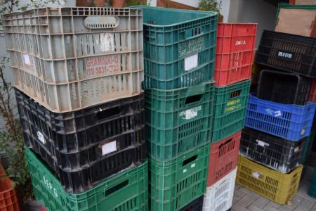 As caixas (agora vazias) dos produtores se acumulam na garagem do imóvel do Instituto Chão.