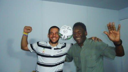 Gabriel posa com Pelé, mas foi Marta quem apoiou o primeiro time de cegos da Urece.