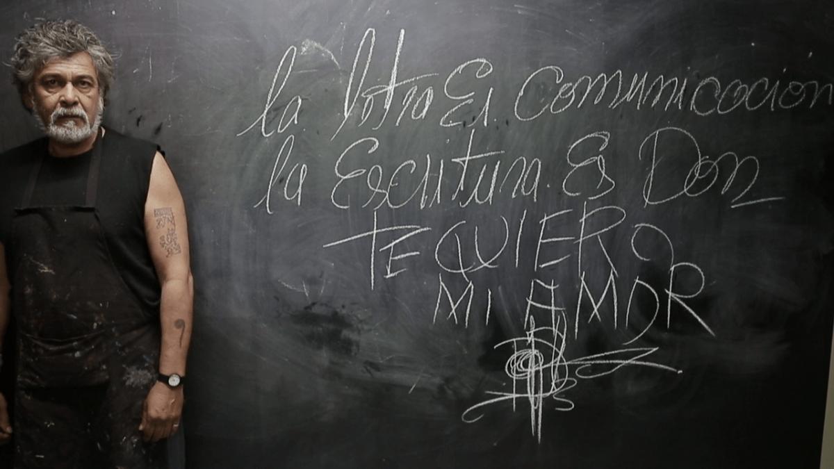 """O argentino Guillermo Pizarra ao lado dos dizeres """"A letra é comunicação, a escritura é dom. Te amo, meu amor"""" (foto: Fundação Arrels/Divulgação)"""