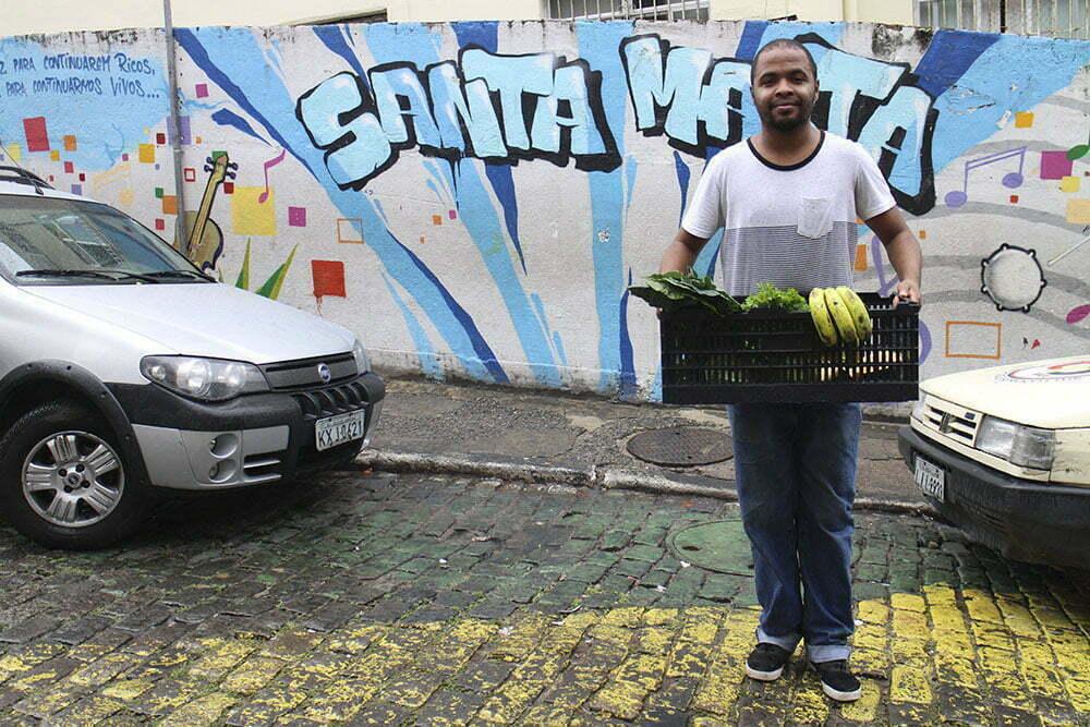 Hamilton no Santa Marta, famosa comunidade do Rio onde há uma filial do Saladorama. Ele morou numa favela em Niterói durante um mês para conhecer melhor as pessoas e ajustar a comunicação da empresa.