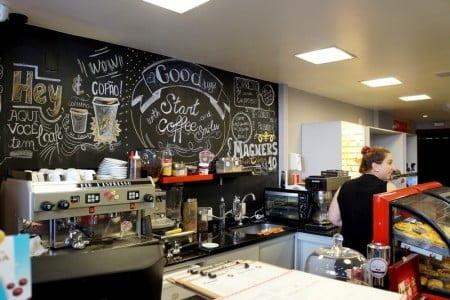 Em Curitiba, a loja chegou a ter um café, mas acabou fechando.