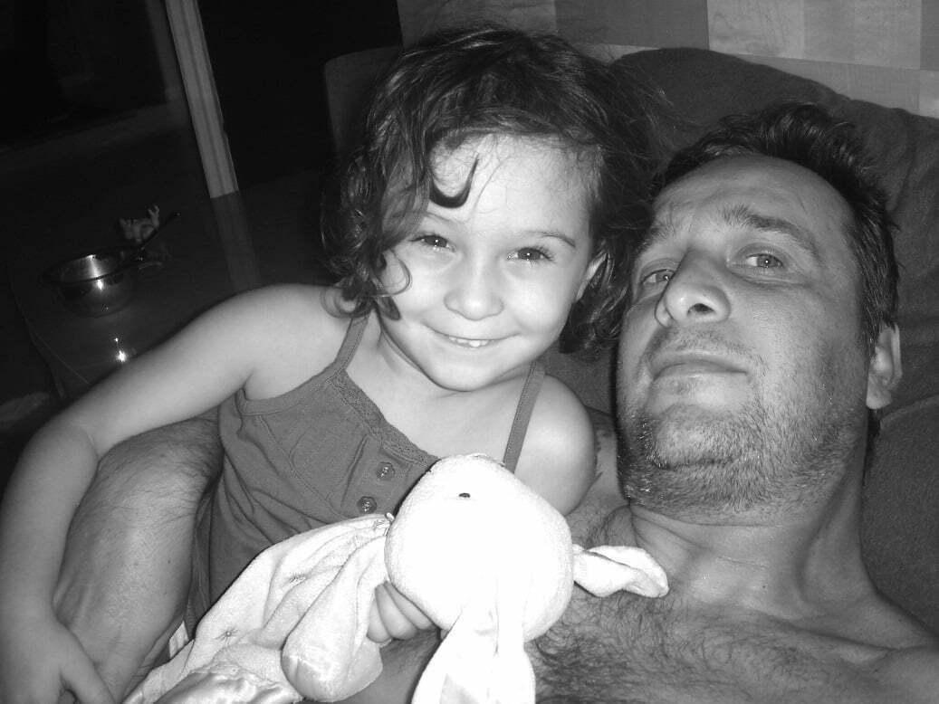 Leo, com Julie, em 2008 - o ano em que ele perdeu a casa, mas tinha sobre o sofá, ao seu lado, toda força de que precisava para continuar
