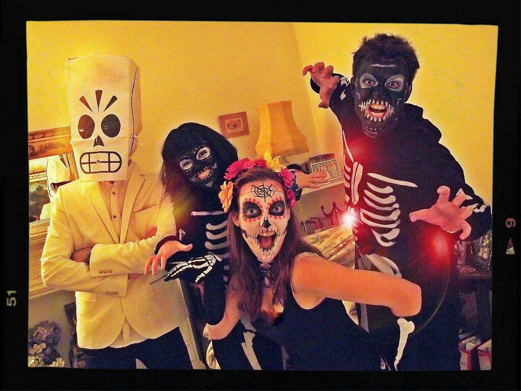 Madison e seus amigos prontos para o Halloween. Mas se saíssem assim para trabalhar, ninguém estranharia - em Londres ninguém julga ninguém