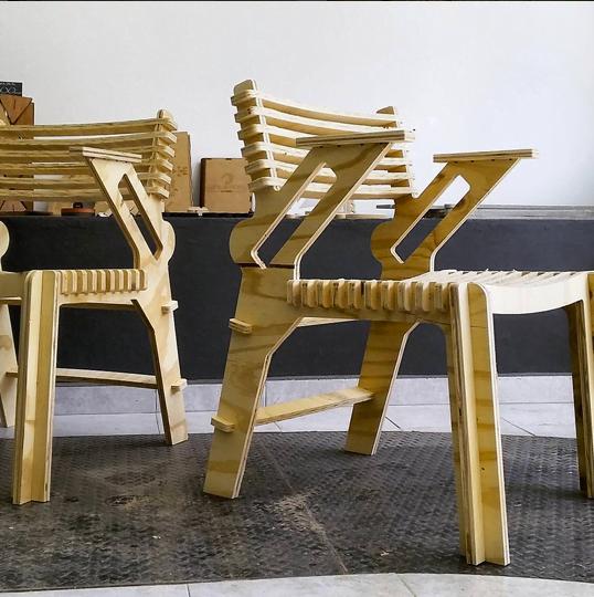Design aberto na prática: versão da cadeira Valoví com braços, criada por um mexicano.