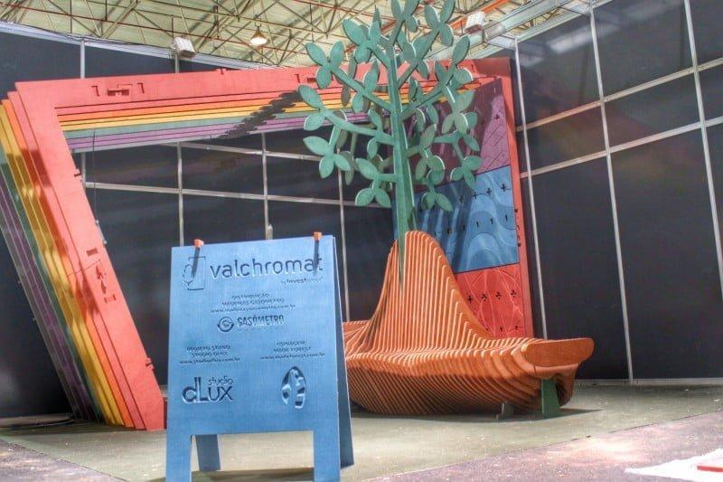 O Studio Dlux usa a tecnologia digital em projetos de arquitetura, como o stand da Valchromat na feira Formóbile, uma estrutura de madeira montada por encaixes.