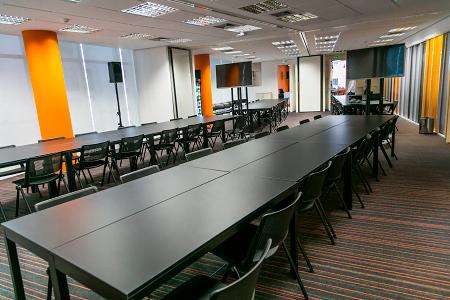 As startups podem alugar estações fixas de trabalho em mesas compartilhadas. O custo de cada lugar varia entre 800 reais e 1 mil por mês.