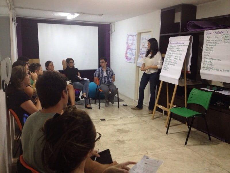 Lella à frende do grupo no workshop Bússola, que ministrou no ano passado.