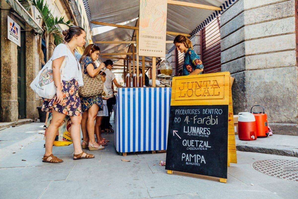Um dos locais onde acontece a feira da Junta Local é o Centro do Rio, na rua do Rosário.