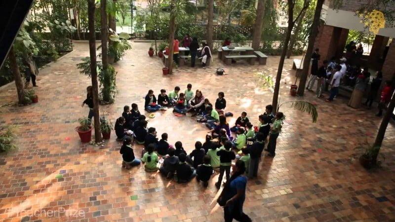 A escola que ela criou fica afastada do centro da cidade e se tornou referência mundial.