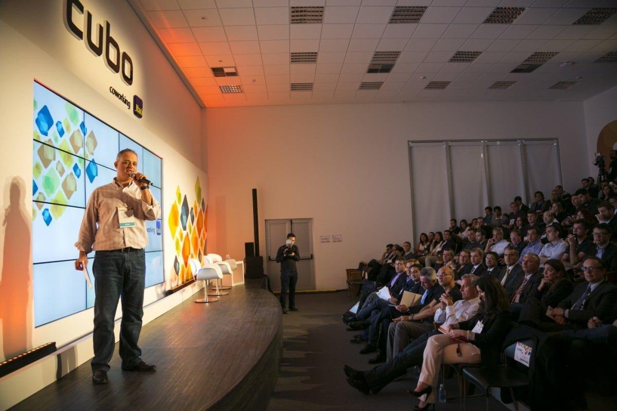 Anderson Thees, da Redpoint, numa palestra no CUBO, hub de empreendedorismo recém-lançado em São Paulo.