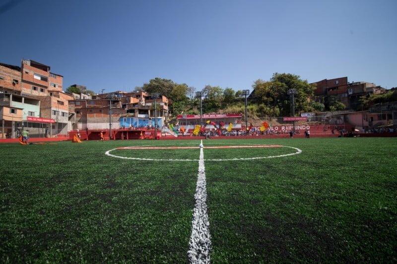 O campinho Peri Alto, em São Paulo, renovado — a Brahma pretende reformar 300 deles até a próxima Copa.