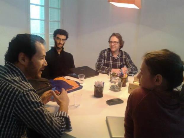 Jonas (de preto, ao fundo) numa reunião durante a incubação na NesSt.