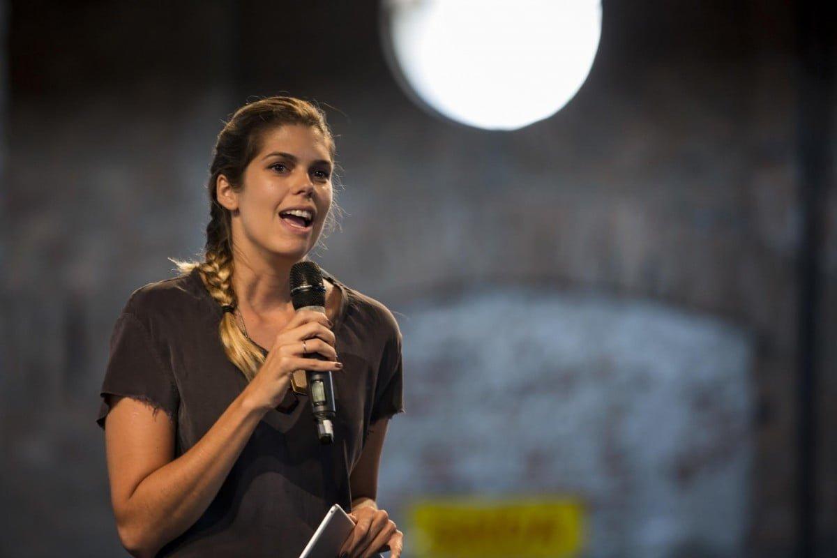 Taciana no palco falando com empresários sobre mudanças e novos olhares: uma rotina.