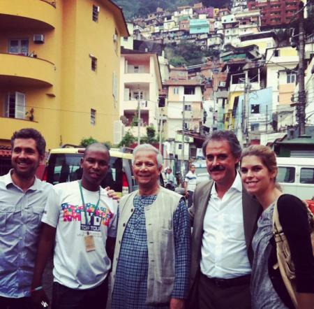 Taciana com Yunus (ao centro) em uma visita ao Santa Marta em junho de 2012.