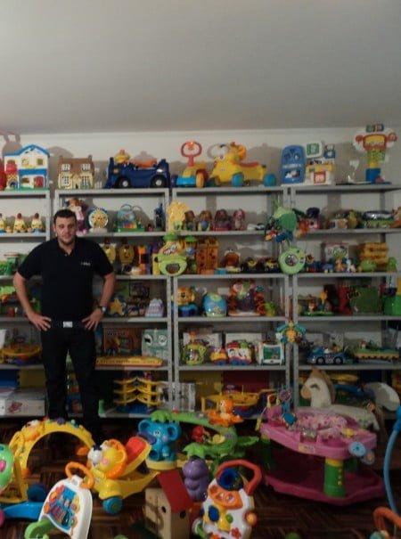 Wagner na sede da empresa: os brinquedos são higienizados e testados a cada devolução.