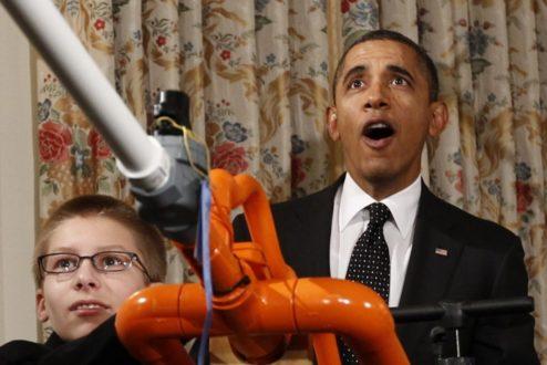 Obama com Joey Hudy e sua máquina que lança marshmallow, na inauguração da Mini Maker Faire em 2012, na Casa Branca (foto: reprodução Huffington Post/AP).