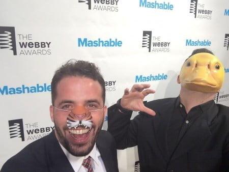 Em momento descontraído no Webby Awards. Marcio Callage acredita que dá para ser feliz no trabalho, de verdade.