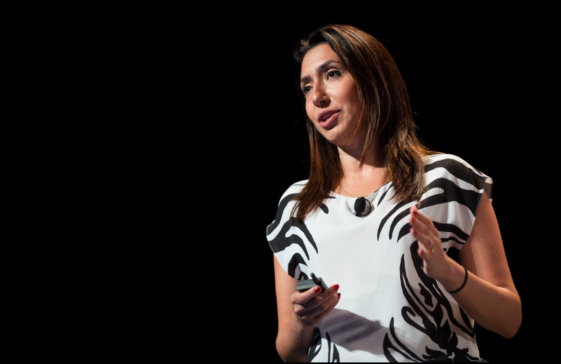 Laura Chiavoni no palco para mais uma palestra, em Cannes, no ano passado.
