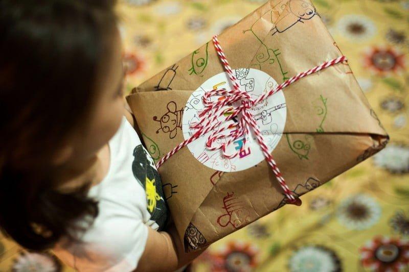 Todo mês, a criança assinante da Leiturinha recebe pelo correio um pacote personalizado com um novo livro.
