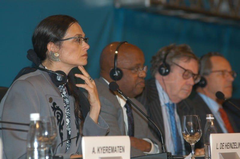 Lala coordenando uma reunião interministerial durante a UNCTAD XI, em 2004.