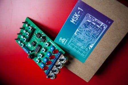 Nem tudo é para crianças no Dada Lab: o mini sintetizador é tema de uma oficina para adultor.