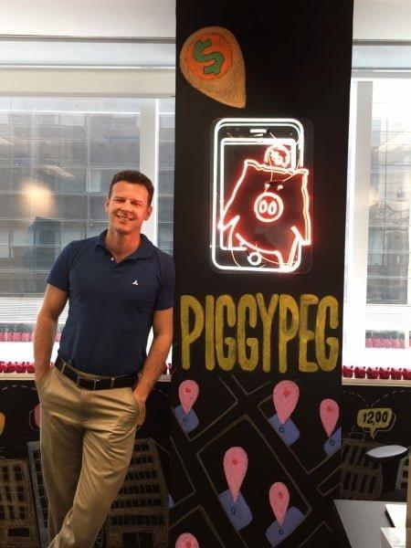 Eduardo no escritório da Piggypeg, que tem 9 funcionários e fica em São Paulo.