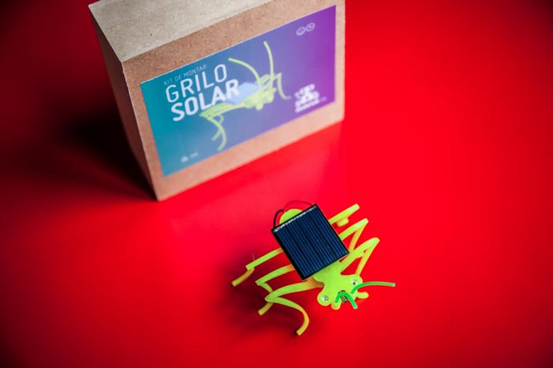 O Grilo movido a energia solar é um dos produtos do Dada Lab: além de montá-lo oficina, quem participa leva um pra casa.