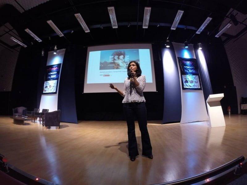 Viviane numa palestra de empreendedorismo feminino.