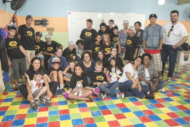 Alunos e mentores (ao todo há mais de 100 na Convexo) na escola Nehyta Ramos.