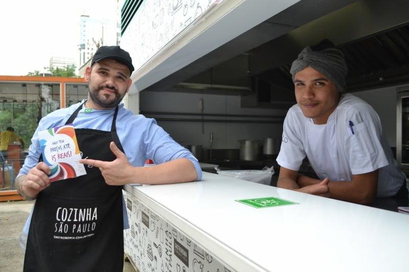 Jônatas e Lucas, do Mistura Cultura, nos primeiros dias de trabalho na praça, no Centro de São Paulo.