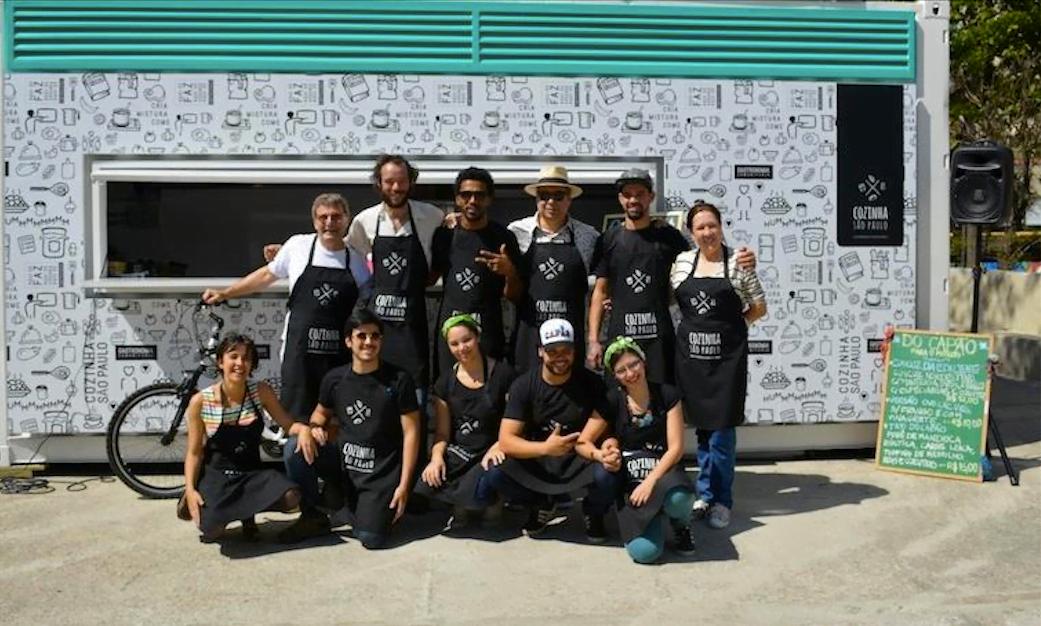 Lincoln (de chapéu panamá) e o time de chefs que inaugurou o projeto Cozinha São Paulo, em agosto deste ano.