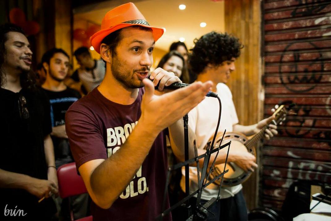 """Luiz Quinderé à frente do bloco """"Brownie is the new Bolo"""", durante a festa de dois anos da loja de Laranjeiras (foto: Brin)."""