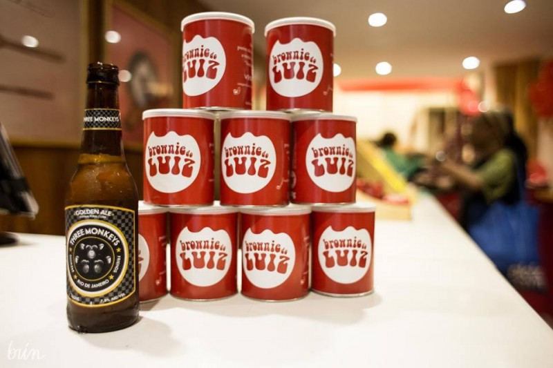 """Desde o início do negócio, Luiz comercializa as casquinhas do bolo em lata (a 20 reais). Em 2015, estreou no ramo da cerveja: """"Nunca pensei que pudesse me tornar cervejeiro""""."""