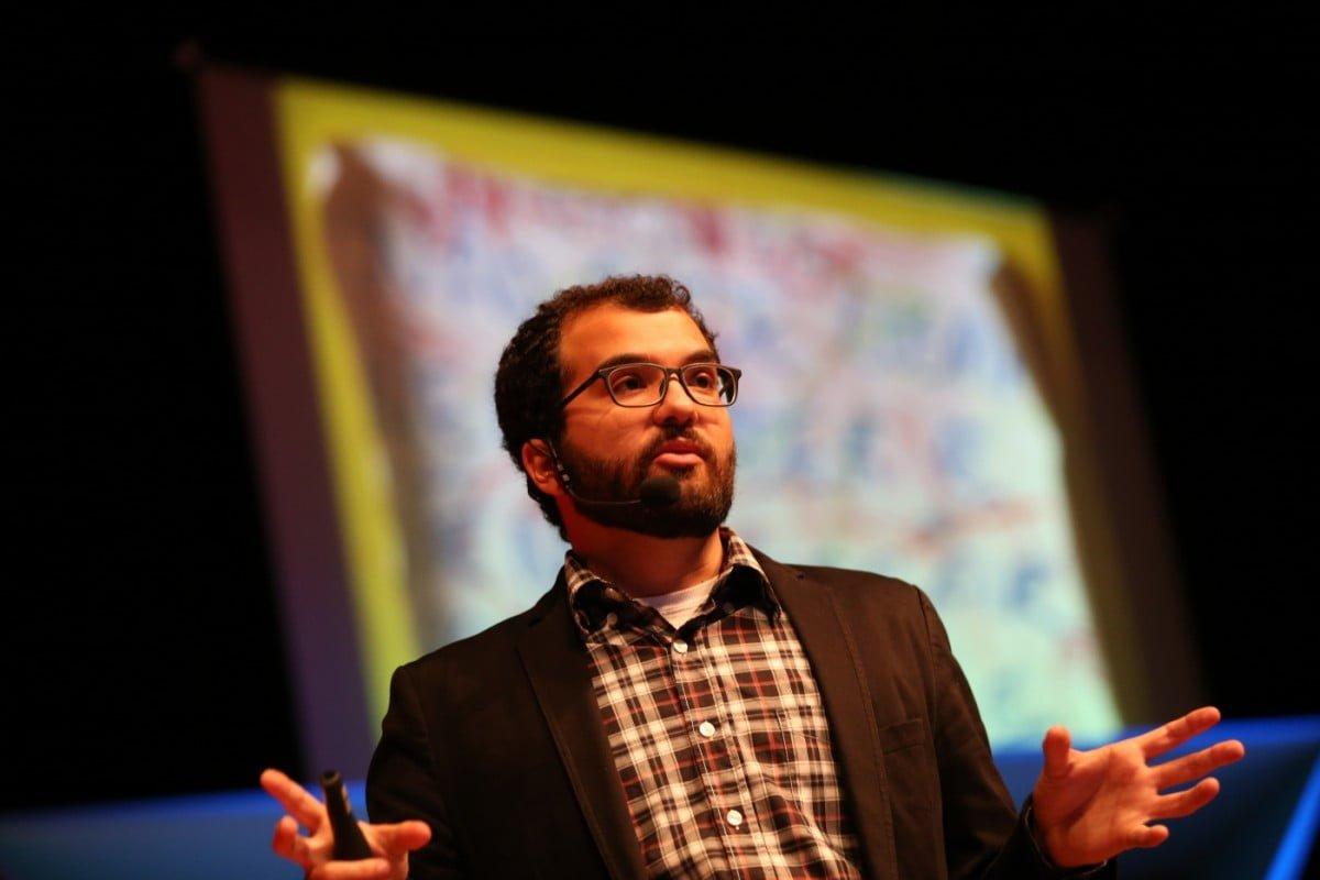 Caio Dib em sua fala sobre o que motiva educadores no TEDx Unisinos (foto: Bruno Alencastro).