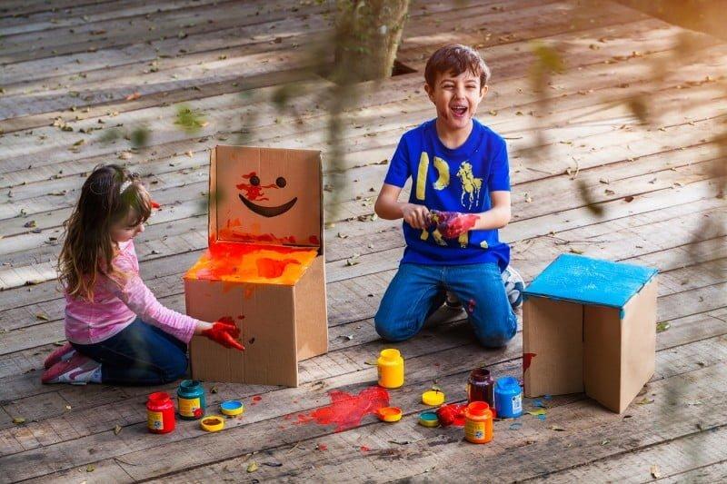 O banco infantil da Eu Amo Papelão suporta até 100 quilos (foto: Jonathan Partos).