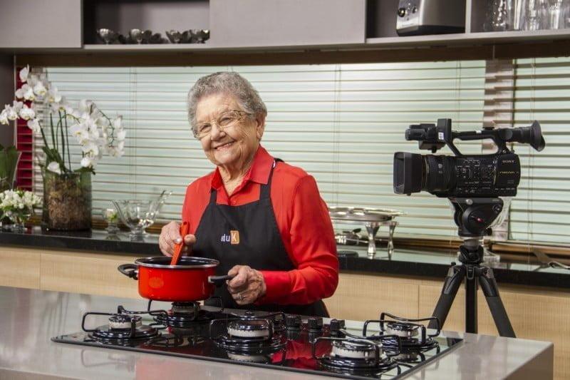 Palmirinha Onofre foi uma das professoras do curso de gastronomia da eduK. Mais de 300 especialistas se revezam em dez estúdios de gravação (foto:Luiz Padovan/eduK).