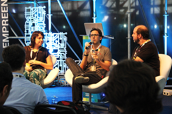 "Karla Trindade e Luís Monteiro no painel ""Geeks do governo"" (Foto: Luisa Migueres)"