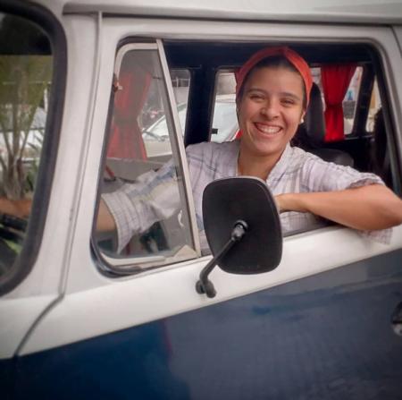 Joana Ricci à bordo da Kombi, dias antes de ir para a rua pela primeira vez, em outubro do ano passado.