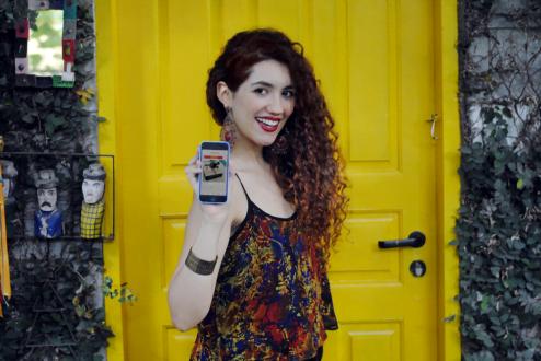 Jéssica Behrens, de 24 anos, e o aplicativo que criou: uma mistura da ideia do Tinder, mas para que as pessoas troquem, doem e vendam objetos entre si.