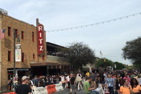 Notícias de um futuro que já chegou. Imagem da 6ª avenida de Austin, no Texas, que concentra bares e restaurantes e parte da efervescência do SxSW.