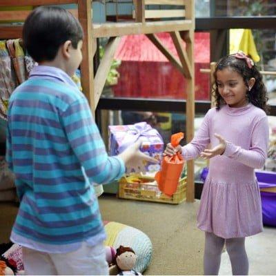 """Também no Mamusca, outra troca acontecendo: """"As crianças aprendem o desapego, e a negociação, muito rápido"""", diz Carolina."""