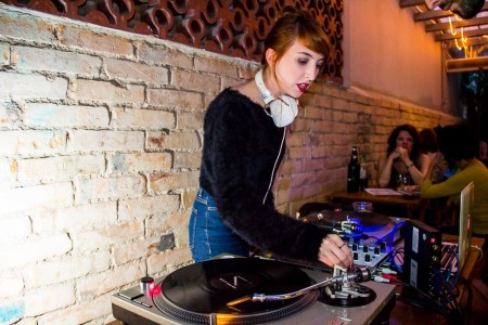 Juli, da Bananas Music, é produtora de eventos e também ataca de DJ.