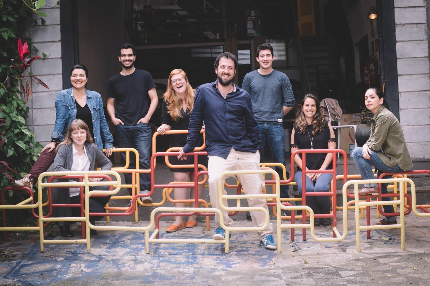 Roni Hirsch, ao centro junto aos funcionários do Erê Lab (foto: Kalinca Maki).