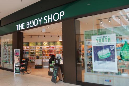 A rede de cosméticos norte-americana The Body Shop é um exemplo de empresa que pratica o Capitalismo Consciente: preocupado com questões ambientais e sociais além do lucro.