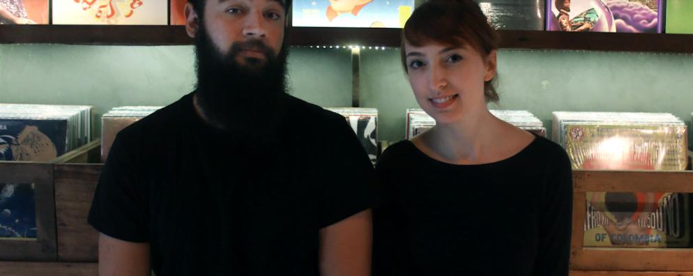 Juli e Rafael, sócios do Bananas Music Branding, onde se sentem mais à vontade: perto do som.