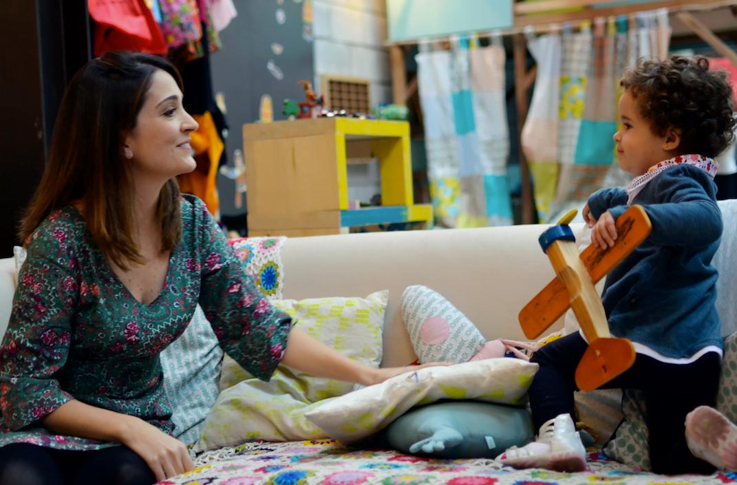 Carolina Guedes e a filha, Maria Beatriz, num dia de troca de brinquedos promovido pelo Quintal.