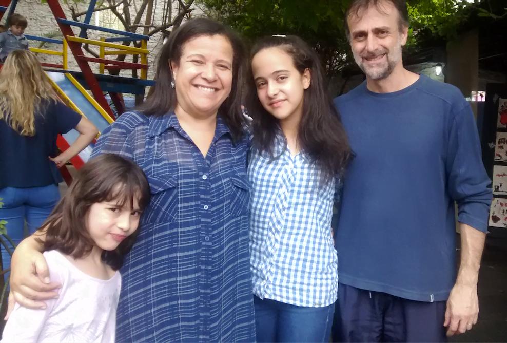"""Ana com as filhas Evelyn e Daniela, e Luciano Fontes, seu """"parceiro de verdade"""", como ela gosta de dizer."""