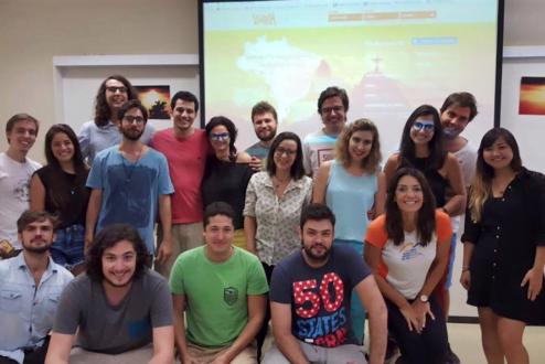 Equipe do Vivalá e amigos, reunidos numa apresentação sobre a startup.